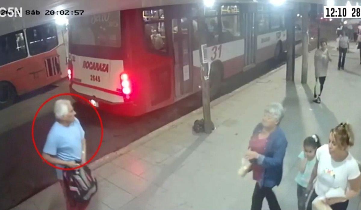 VIDEO: Buscan a un albañil que baleó a su ex dentro de una panadería