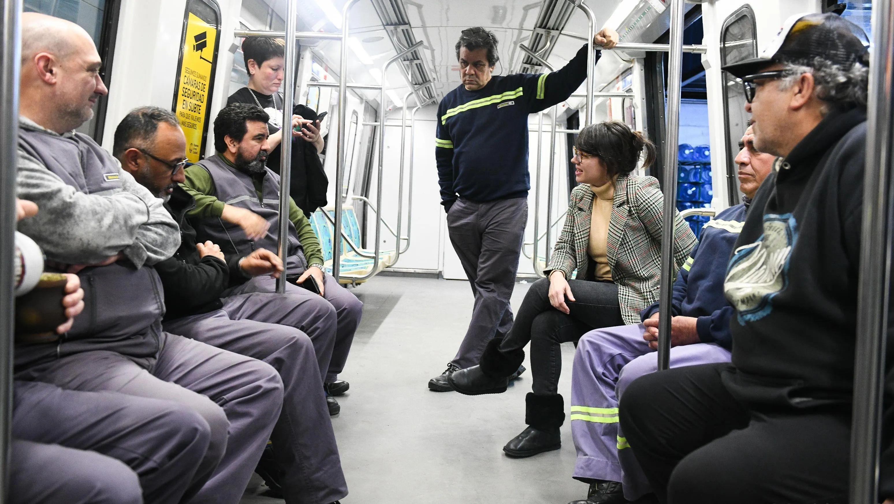 Gisela Marziotta con trabajadores del subte