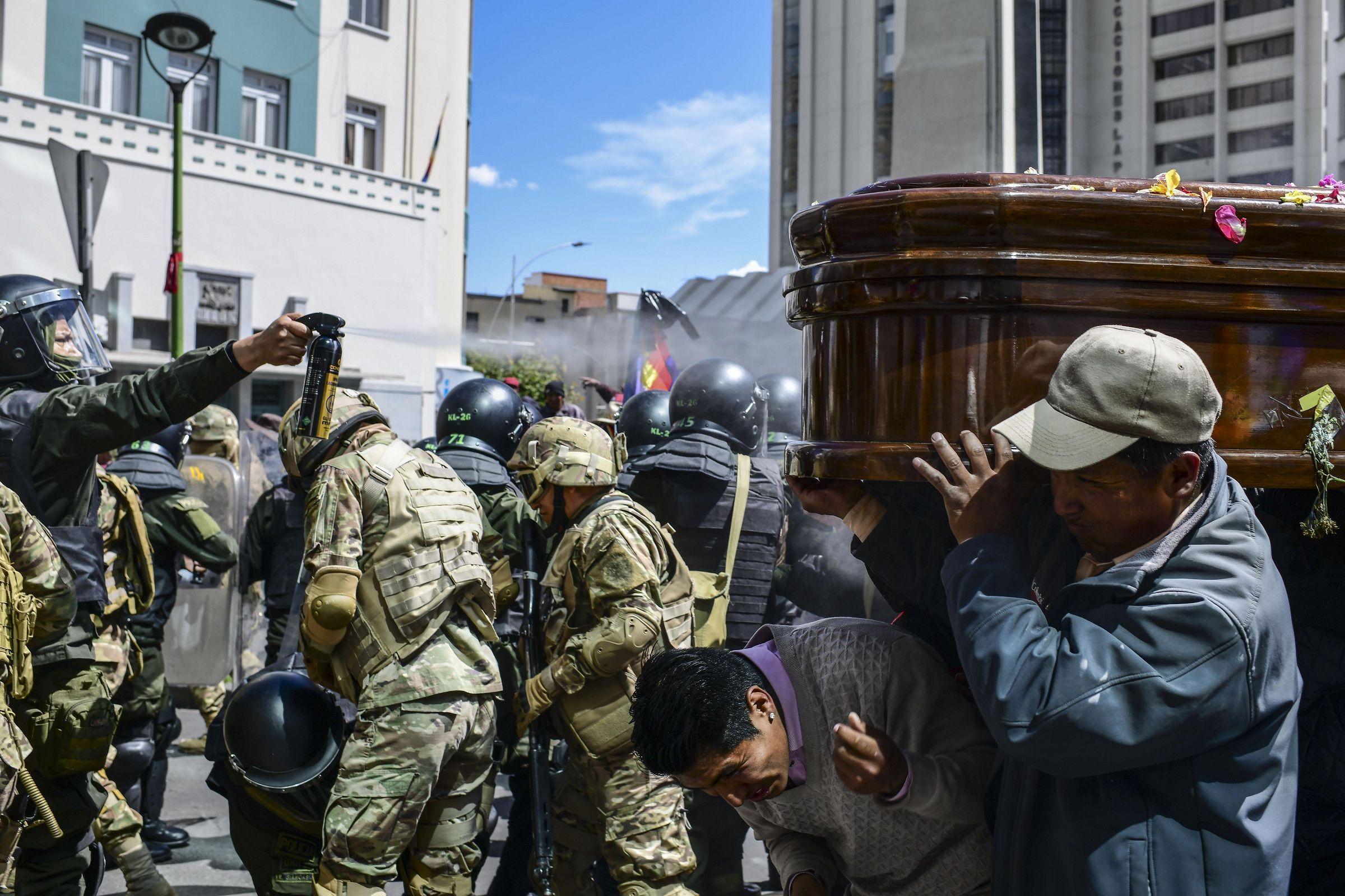 Violenta represión del gobierno de facto de Bolivia a la marcha de los féretros en la que despedían a ocho muertos