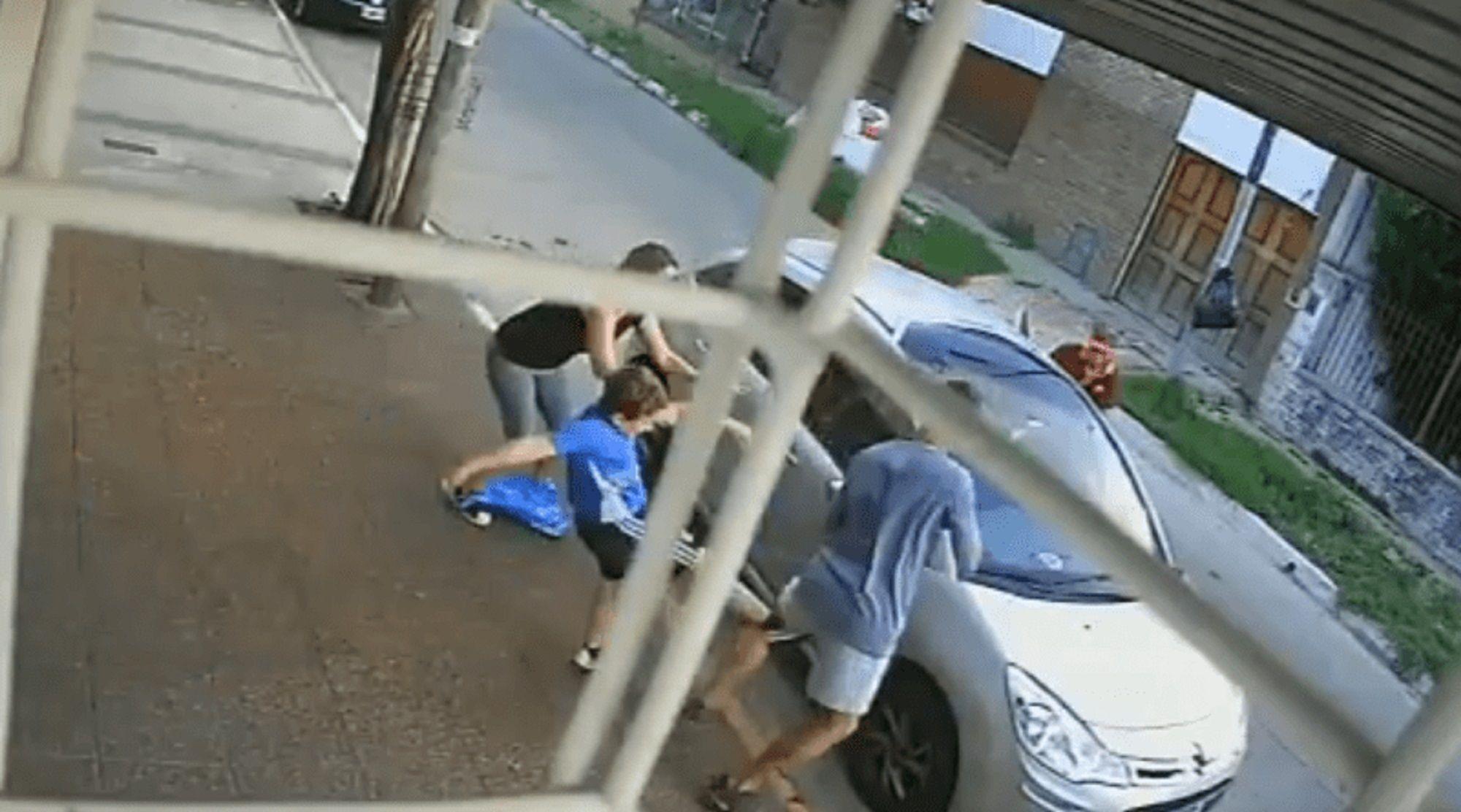 VIDEO: Un nene salió en defensa de su mamá y golpeó a un delincuente para evitar robo