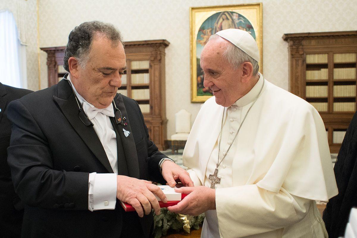 El papa le ofrece un obsequio a Eduardo Valdés