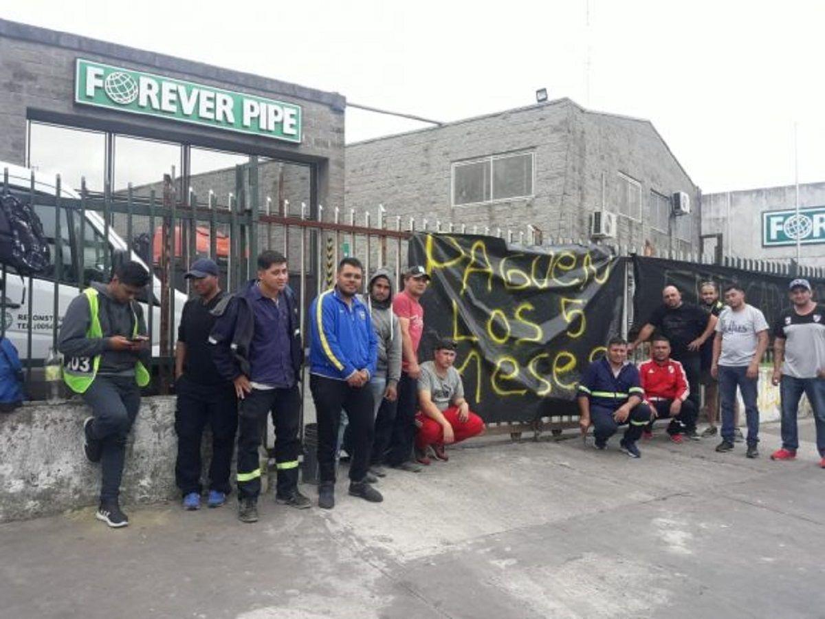 Despedidos de una empresa que trabaja para AySA reclaman sueldos atrasados e indemnización