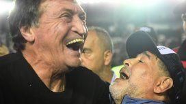 Julio César Falcioni y Diego Maradona se abrazaron tras el empate