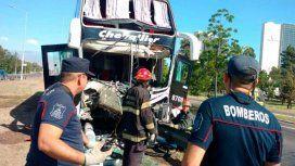Susto en Mendoza:micro embistió el guardarraíl, derribó varios postes y se cruzó de carril