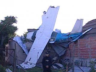 una avioneta se quedo sin nafta y cayo sobre una casa de san fernando