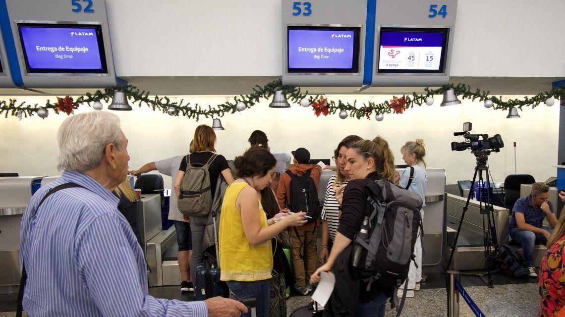Hay demoras y cancelaciones en Aeroparque y Ezeiza por una asamblea de pilotos