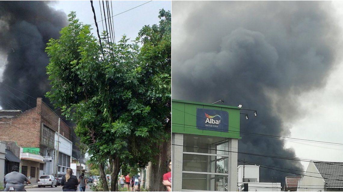 Una prominente columna de humo se divisaba desde lejos