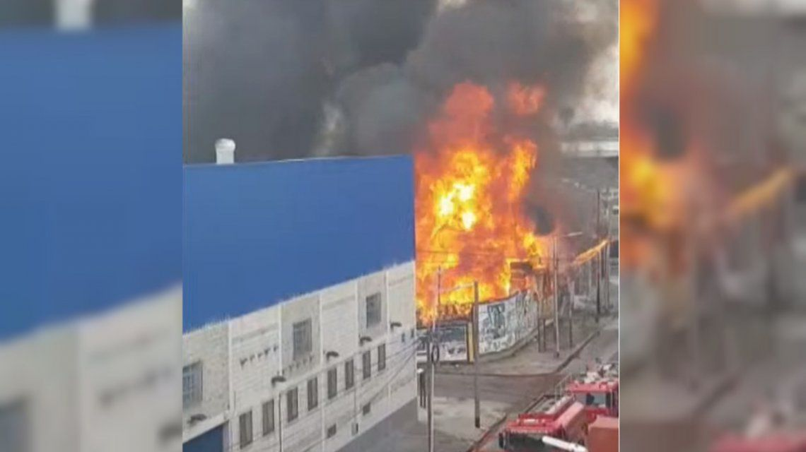 Incendio en Avellaneda: nueve dotaciones de bomberos combatieron llamas de hasta seis metros