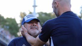 Maradona celebra con su asistente Sebastián Méndez