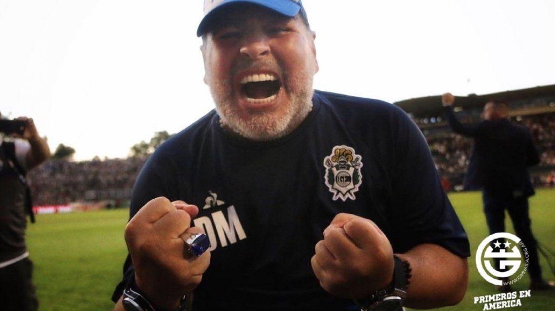 Diego Armando Maradona celebra su primer triunfo como local
