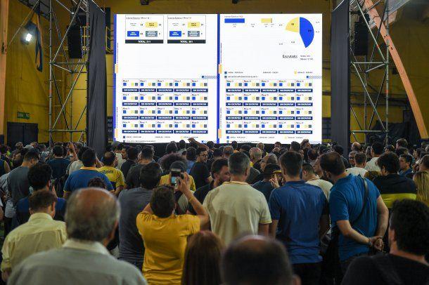 El escrutinio se transmite en pantallas gigantes