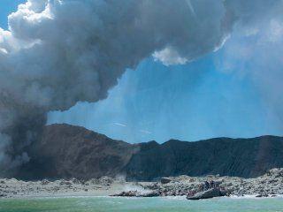 nueva zelanda: al menos cinco muertos por la erupcion de un volcan