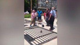 Vamos a hacer una parrilla: el video viral de la Plaza de Mayo sin rejas