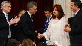 El tenso saludo de Macri con Cristina durante el traspaso de mando