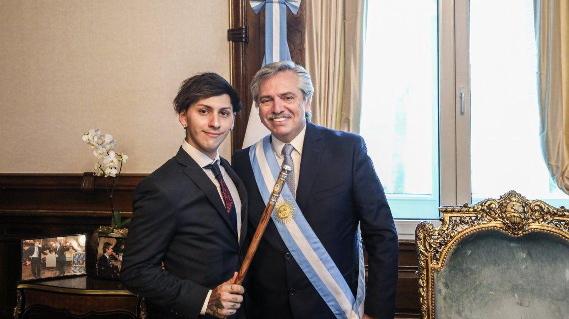 Estanislao Fernández Luchetti sostiene el bastón que le prestó su padre