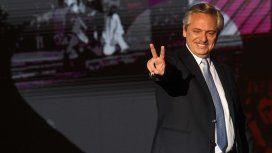El presidente saludó a la multitud y emitió un discurso en el escenario de la Plaza de Mayo
