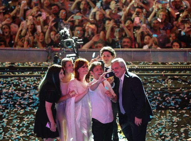 Axel Kicillof, gobernador electo de la provincia de Buenos Aires, sacó una selfie en el escenario
