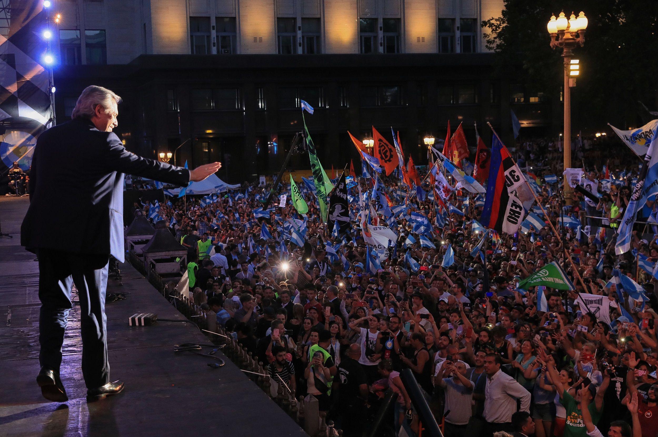 Alberto Fernández habla ante la multitud