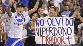 Le prohíben la entrada a un hincha de Vélez por una bandera contra Mauro Zárate