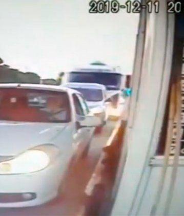 Impactante accidente en un peaje de Córdoba: un camión no frenó y embistió dos autos