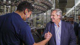 Alberto Fernández durante su visita a una de las textiles más importantes