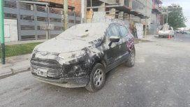 Un auto quedó destruido tras caerle cemento desde una obra en construcción