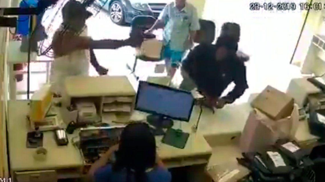 VIDEO: Un cliente mató a quemarropa a un ladrón en un local de ropa