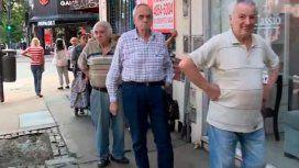 Jubilados: largas colas para recibir el bono extraordinario de Anses