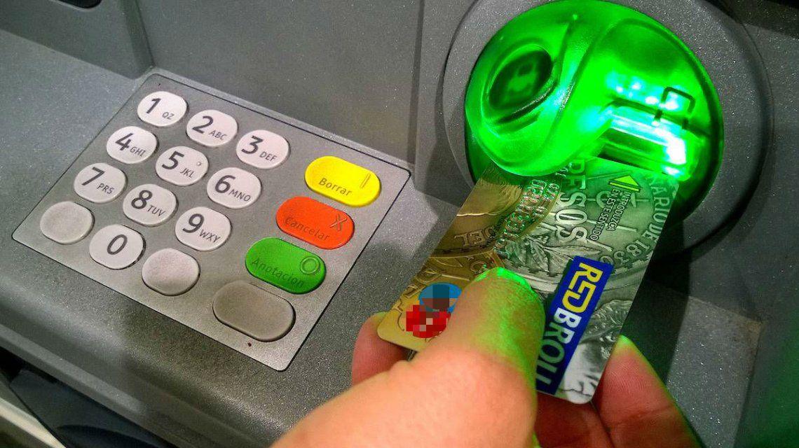 Comerciantes uruguayos ofrecen un medio de pago para que los argentinos zafen del 30% al dólar