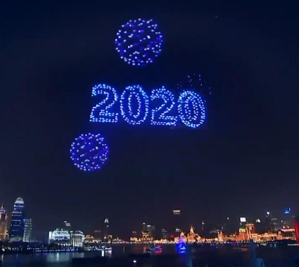 Impresionante: miles de drones luminosos sincronizados, la alternativa china a los fuegos artificiales