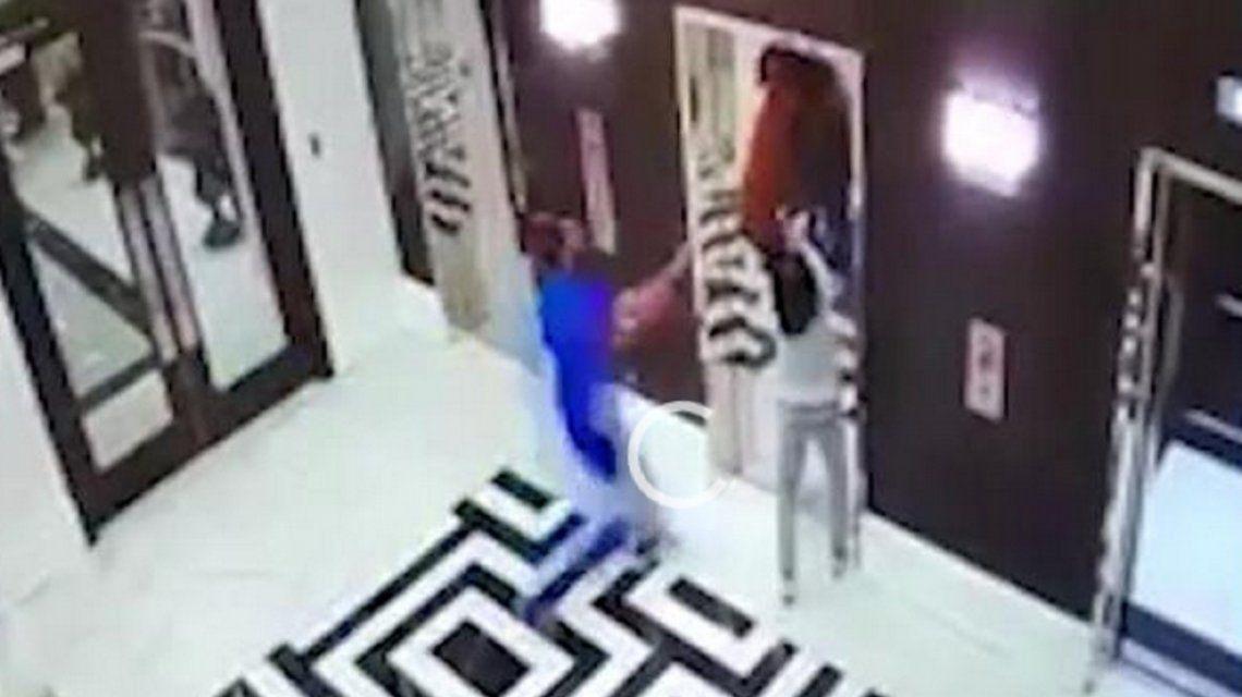 VIDEO: El rescate de un perro que estuvo a punto de ser aplastado por un ascensor