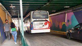 ¡Insólito! Un colectivo de la línea 136 se quedó trabado en un túnel