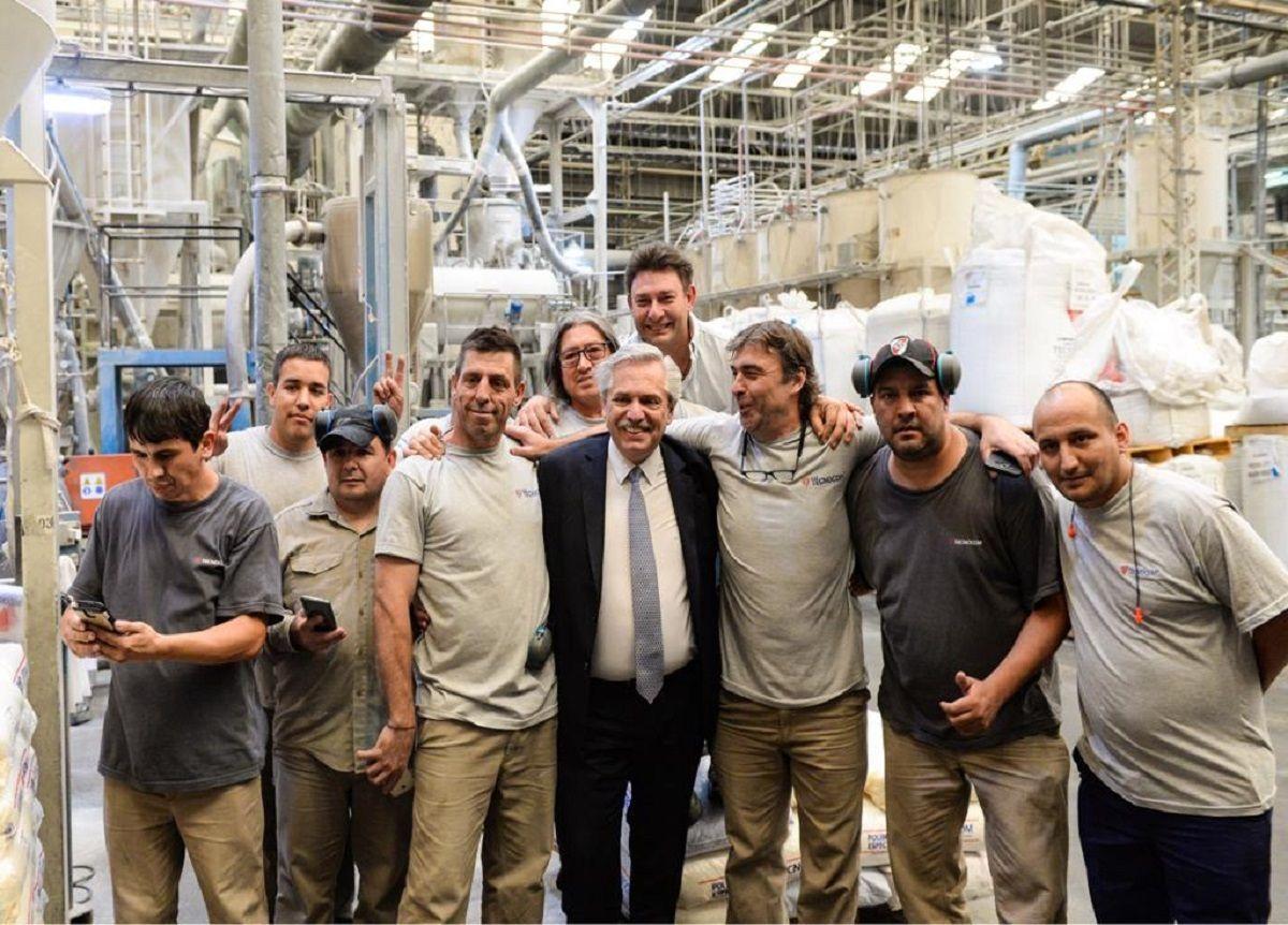 Alberto Fernández con trabajadores
