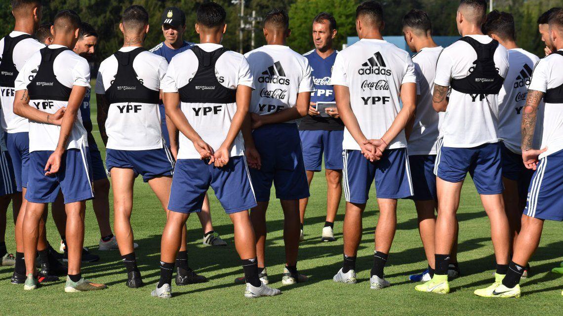 Fernando Batista y el plantel en el predio que la AFA posee en Ezeiza