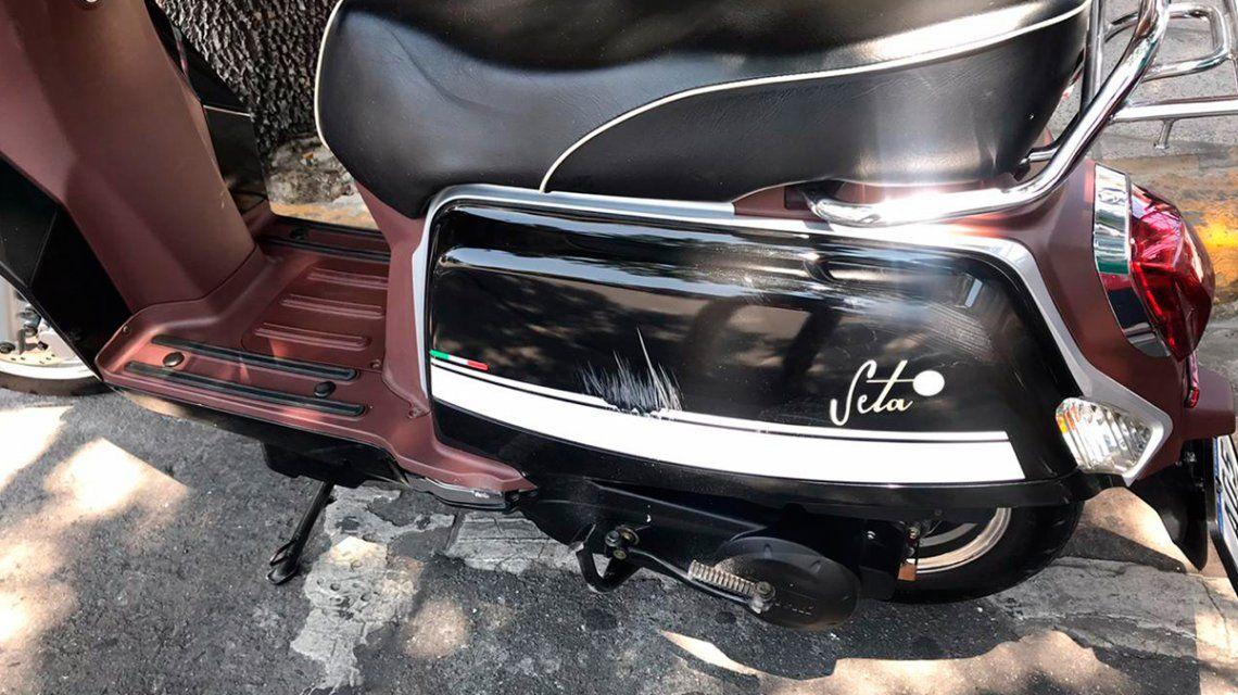 El conductor de un auto dejó a un motociclista internado con fracturas y huyó