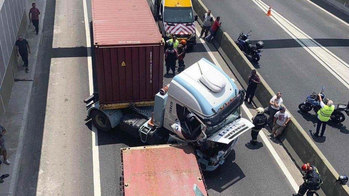 Chocaron cuatro camiones en el Paseo del Bajo: al menos un herido