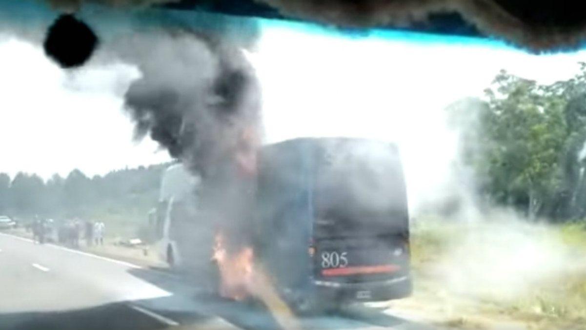 Un micro se prendió fuego en la ruta 14 de Corrientes