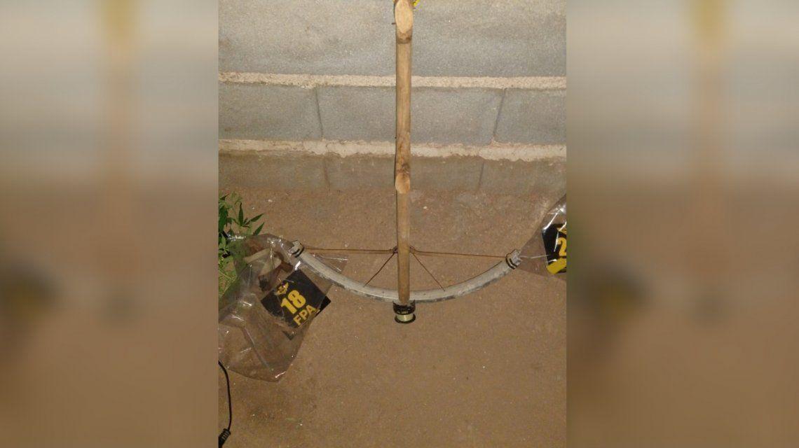 El sospechoso utilizabauna hondera y una ballesta de fabricación casera