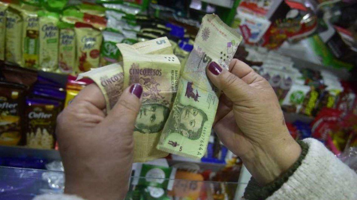 Advierten que los comercios que no aceptan billetes de $5 cometen una práctica abusiva