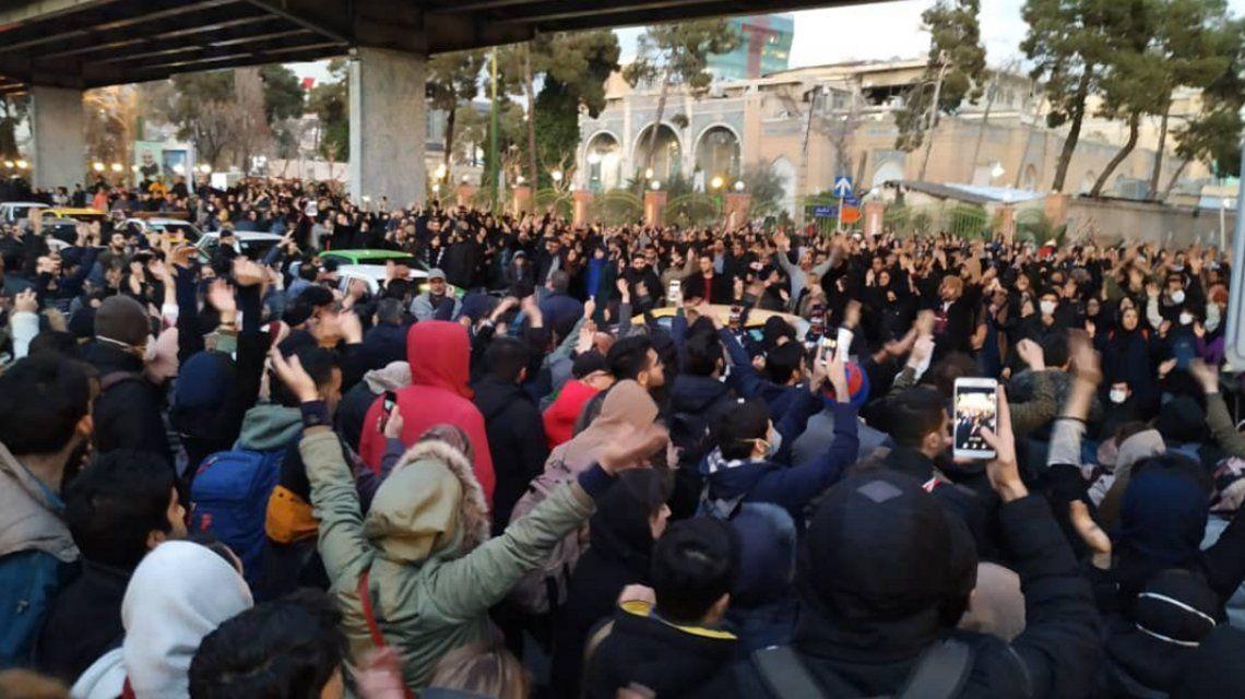 Una multitud pidió la renuncia del líder supremo iraní en el centro de Teherán