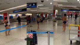Estupor en el aeropuerto de Miami: una mujer se desnudó y se subió al techo de un patrullero