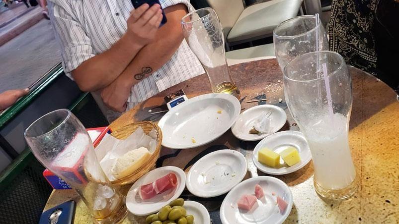 Pidieron una picada para cuatro, dos limonadas, un chopp y un fernet: les cobraron un disparate