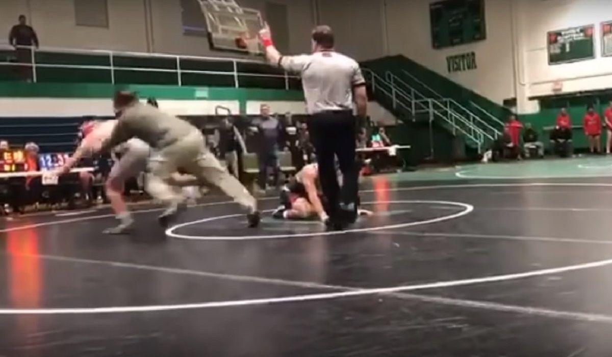 VIDEO: Un padre furioso atacó al oponente de su hijo en pleno combate de lucha libre