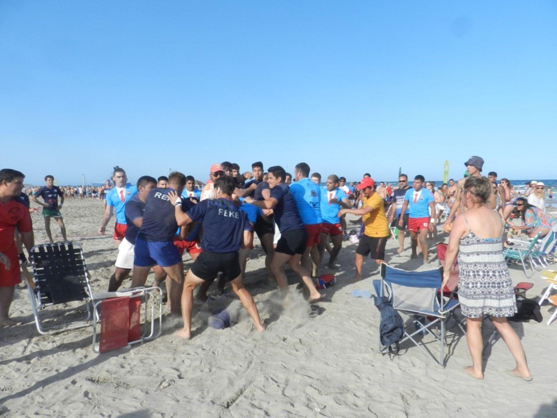 Dos equipos derugbyse pelearon en una playa. Foto: Diario Jornada