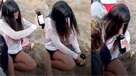 Destapó una botella de vino en la playa sin usar el sacacorcho y se volvió viral