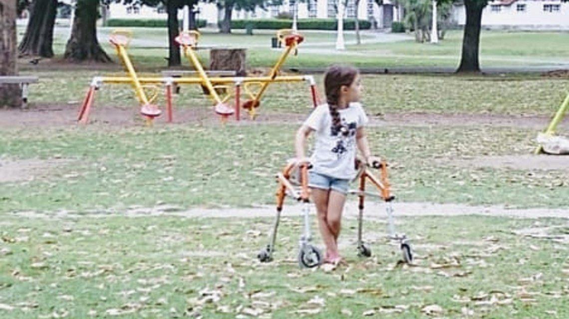 Juana necesita operarse para poder caminar sin asistencia.