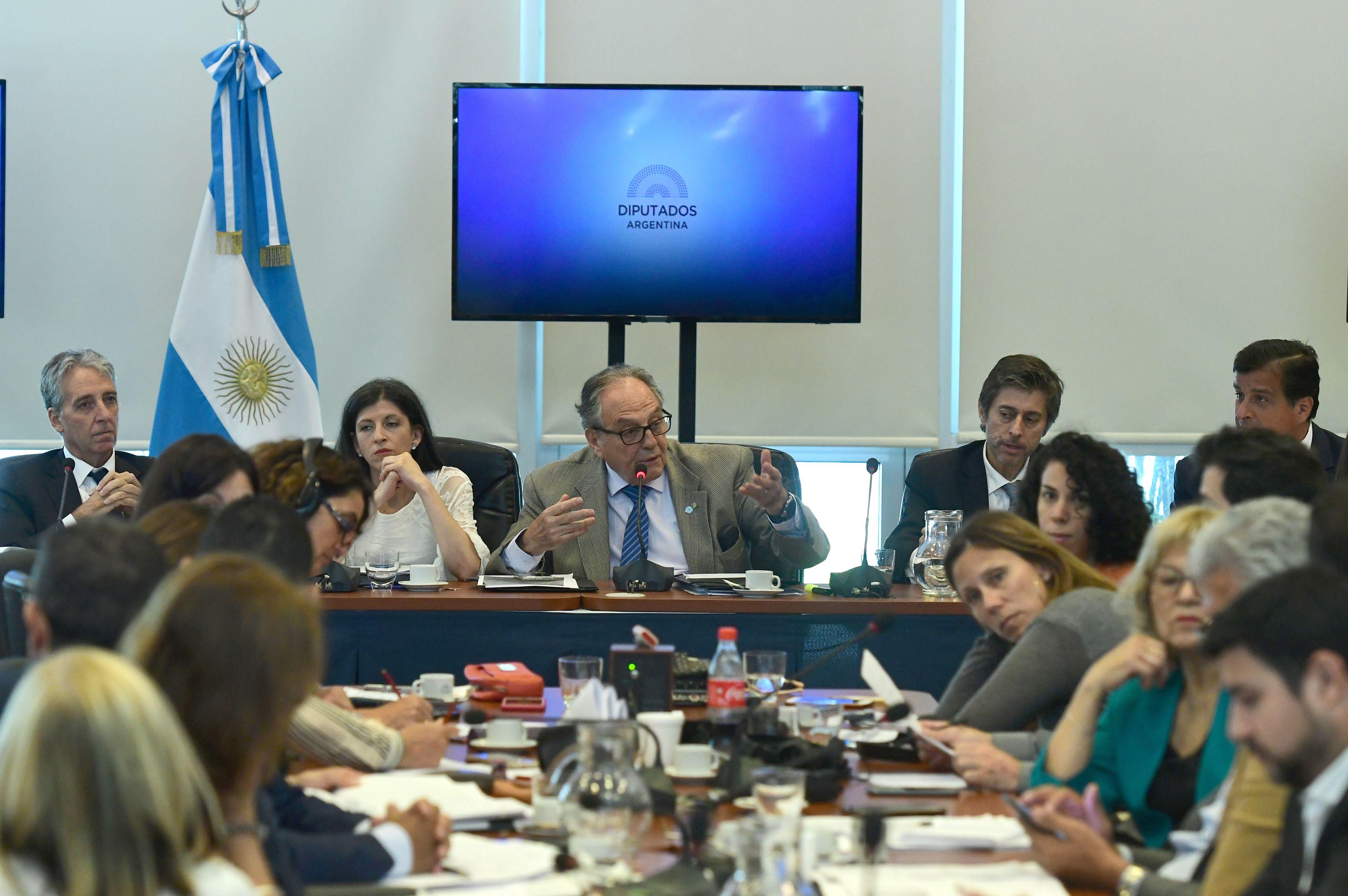 El oficialismo firmó el dictamen del proyecto para reperfilar la deuda: será tratado este miércoles