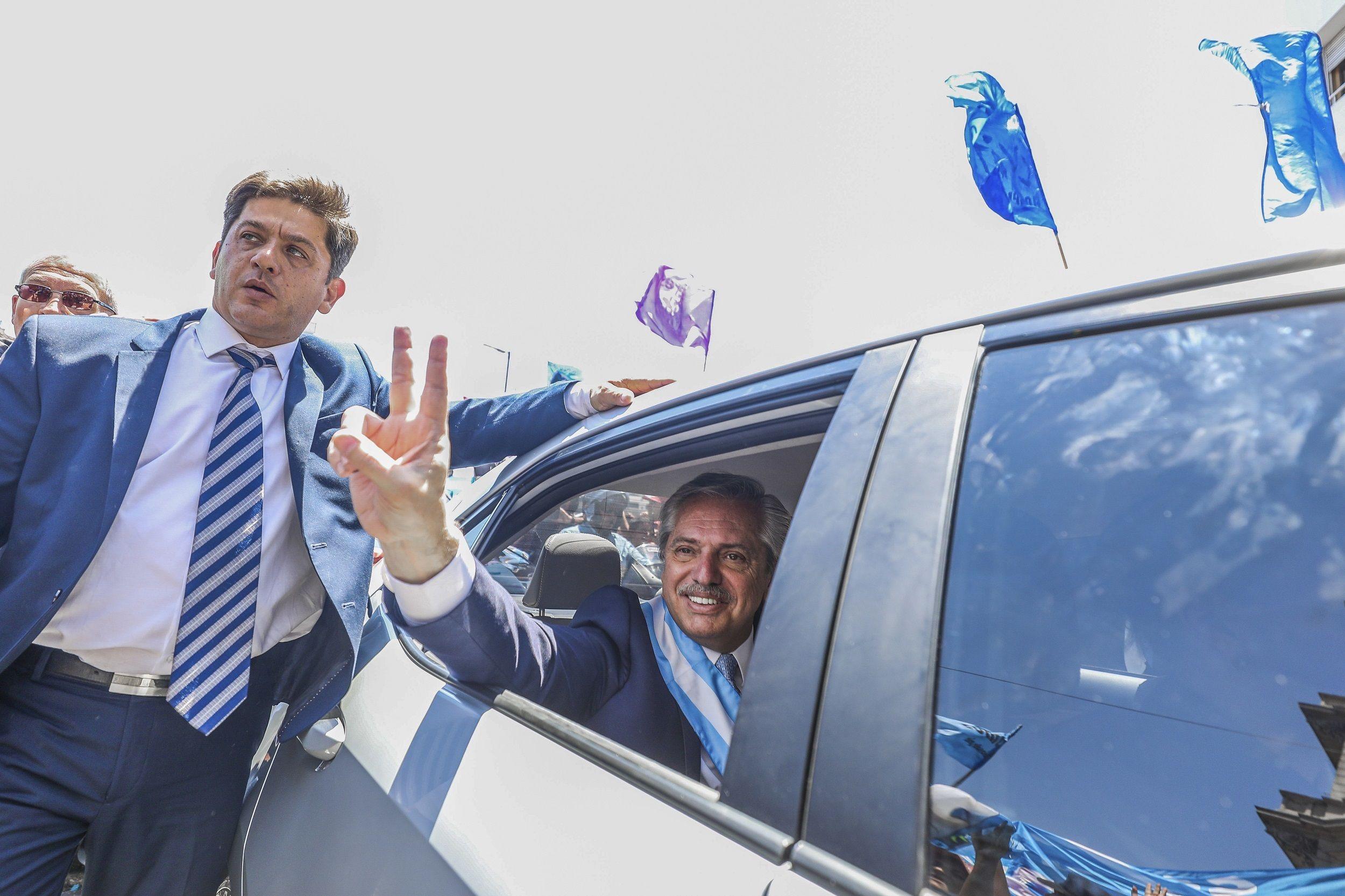 Alberto Fernández en su auto