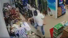 VIDEO: Quiso contener una estantería con cervezas en medio de un terremoto