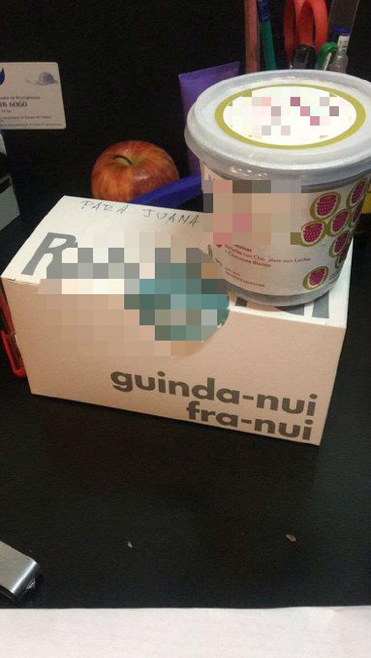 El regalo que dejó el acosador en la oficina de Juana